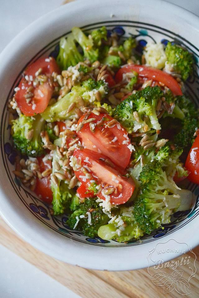Lekka sałatka z brokułem i pomidorem