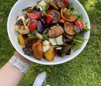 sałatka z grillowanych warzyw i sera halloumi