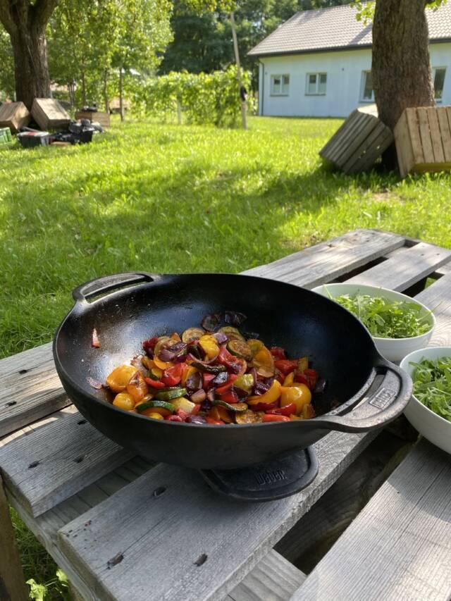 sałatka z warzywami i serem halloumi
